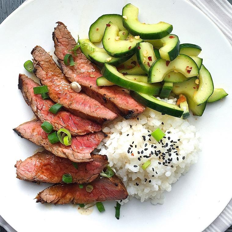 Cena leggera con carne e risotto bianco, condimento con erba cipollina