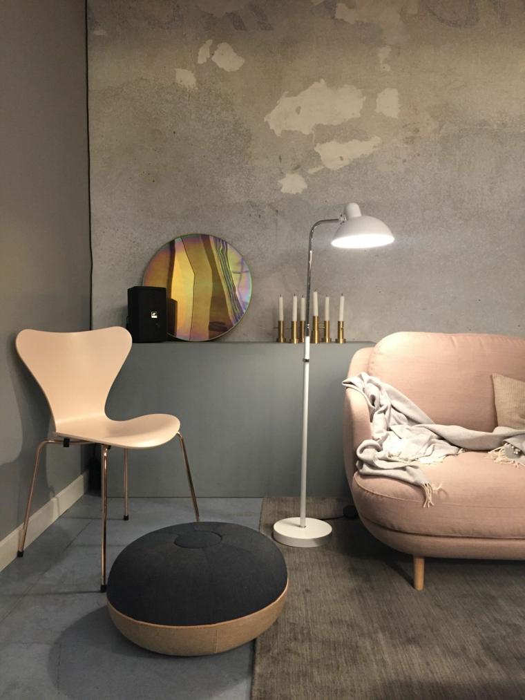 arredamento vintage con tocchi moderni, poltrona e sedia rosa, puff grigio scuro e colori pareti soggiorno tortora