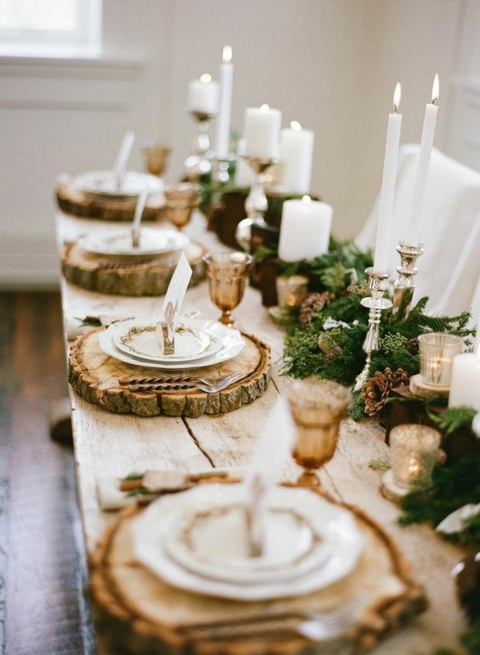 Segnaposti con tronchetti di legno, ghirlanda con rametti, portacandele di argento