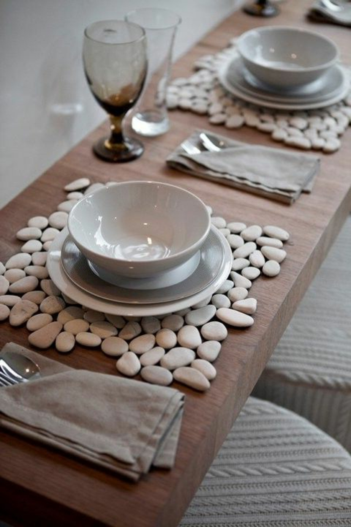 Segnaposto con sassolini, tavolo apparecchiato, sottopiatto con sassolini