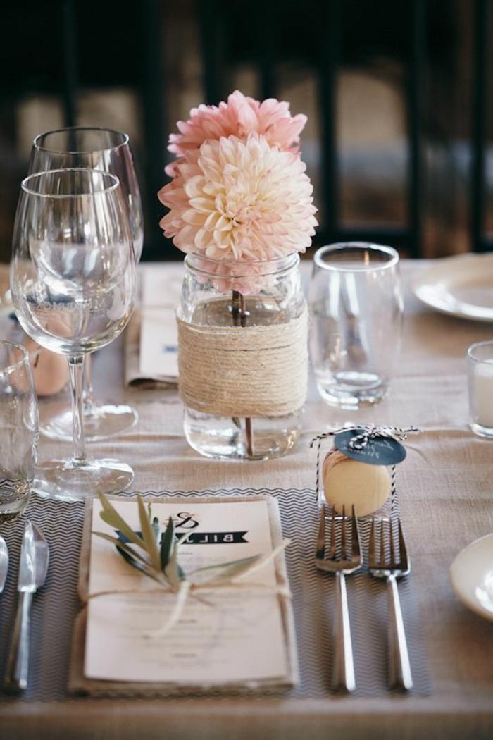 Tavole apparecchiate originali, centrotavola matrimonio con un barattolo di vetro utilizzato come vaso