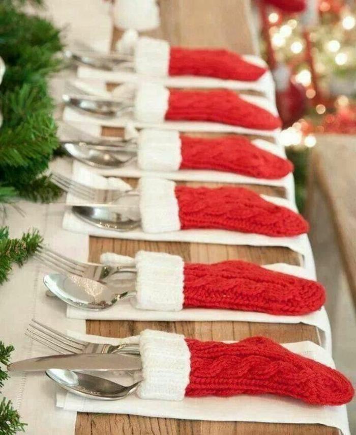 Decorare il tavolo per Natale con delle calze di lana colore rosso, segnaposto originale