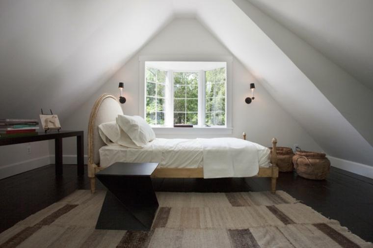 camera da letto arredata in stile classico, con un mobile in legno, tappeto marrone chiaro, come arredare una mansarda piccola