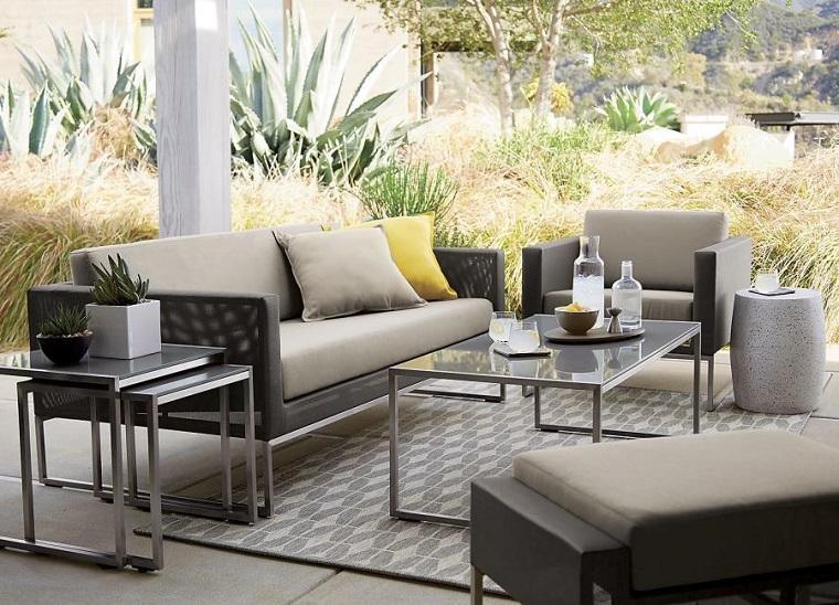 Piante da giardino tropicali, arredamento con mobili di colore grigio