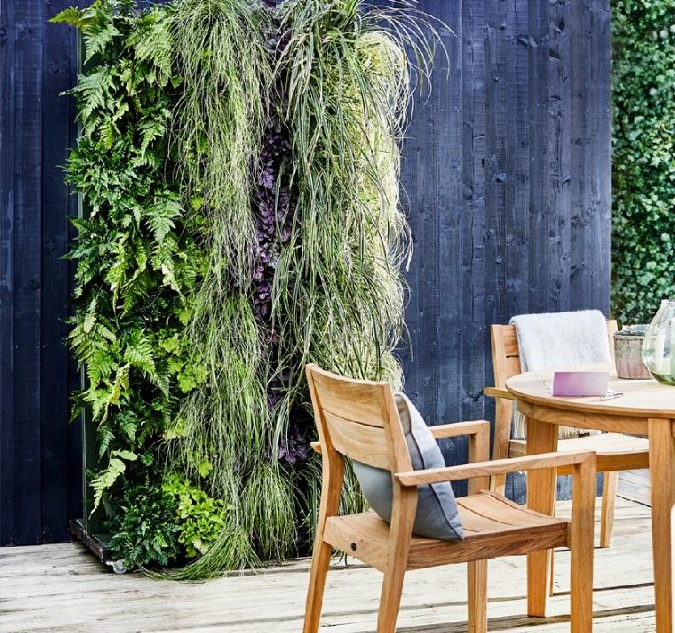 Piante ornamentali da giardino verticale su una parete di legno, set di mobili di legno colore chiaro