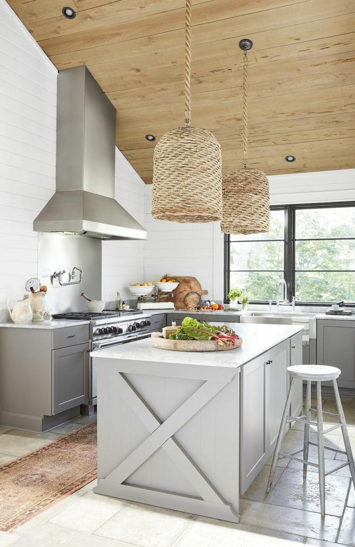 soffitto in pendenza di legno cucina con isola centrale tortora beige pareti tortora e crema