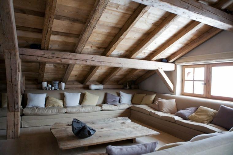 grande divano a ferro di cavallo color tortora con cuscini e tavolino in legno, arredare mansarda