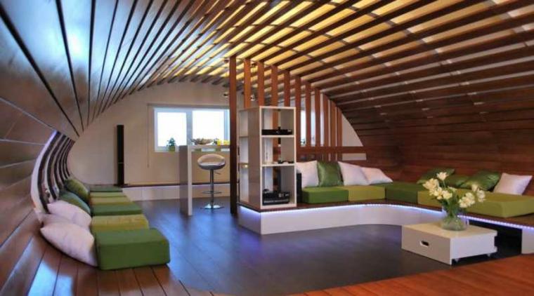 pavimento in parquet e soffitto ad arco con travi in legno, divano bianchi e verdi, arredare un attico