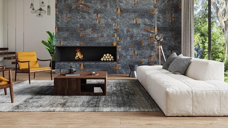 Mobili soggiorno dal design moderno, camino moderno a legna su una parete grigia