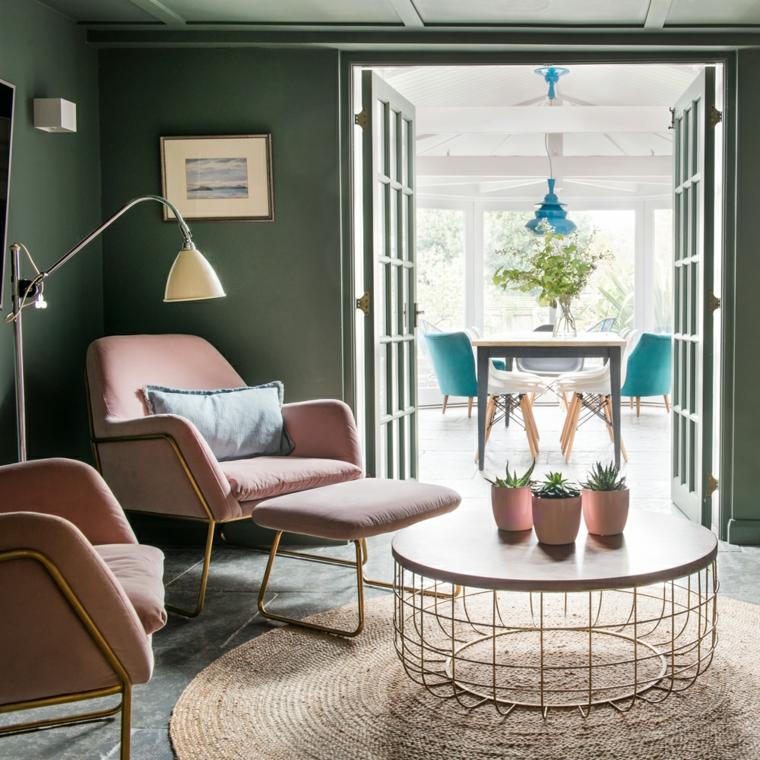 soggiorno color tortora tavolino di metallo con vasi tappeto in rattan rotondo