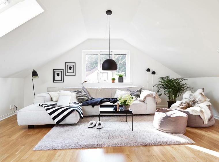 pavimento in parquet chiaro., divani e tappeto chiaro, lampade con paralume nero, mansarde moderne