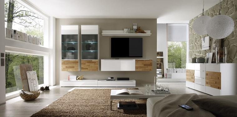 Parete attrezzata moderna con mobili sospesi e lampade a sospensione, pavimento in legno con tappeto a pelo lungo