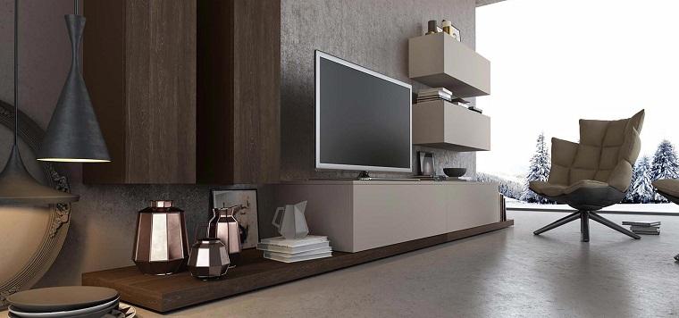 Arredare soggiorno con una parate attrezzata con mobili in legno di colore chiaro e scuro