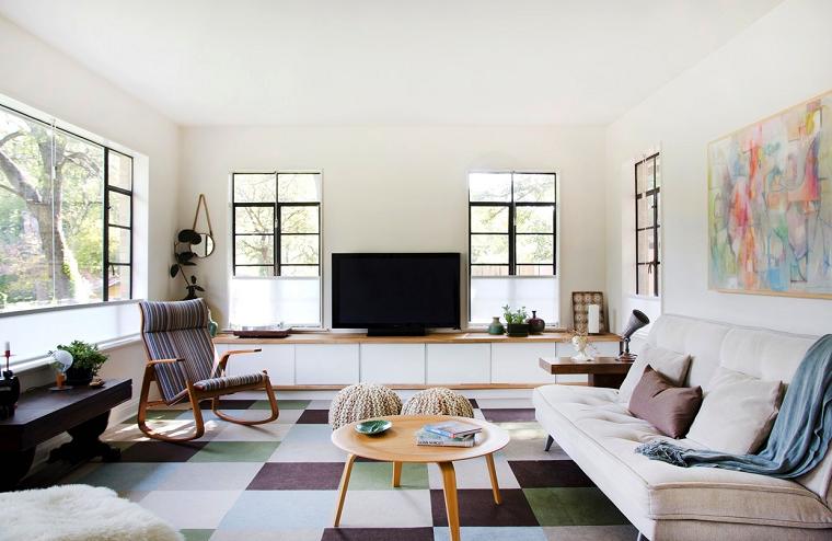 Idee arredo casa e un soggiorno con un divano e tavolino rotondo basso per il caffè