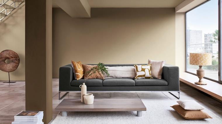 soggiorno spazioso con vetrate divano tre posto grigio scuro mobili color tortora abbinamenti