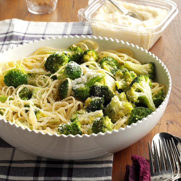 Idea secondi piatti con broccoli, spaghetti in piatto tondo e spolverata di parmigiano grattugiato