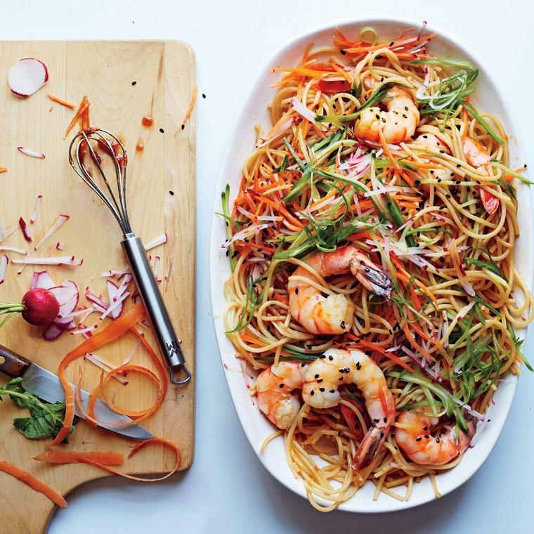 Secondi piatti semplici e gustosi, spaghetti di riso con verdure tagliate a julienne e scampi