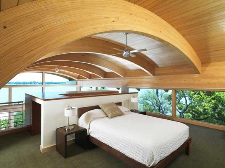 originale soffitto con archi in legno, idea per arredare mansarda con un letto e un mobile bianco