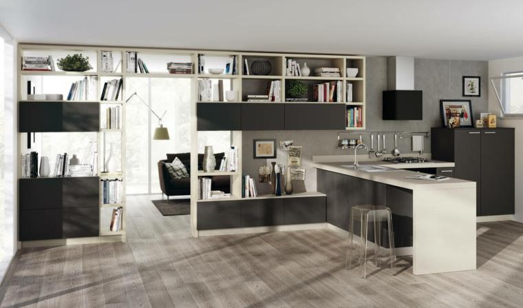 cucina a vista con mobili moderni bianchi e neri, libreria nella parte alta della parete, pavimento in parquet chiaro
