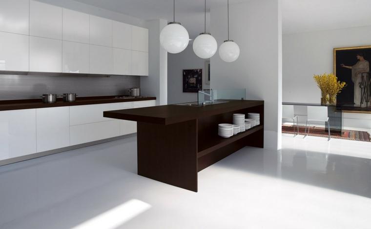 stile moderno ed essenziale, cucina con penisola con grande scaffale dove riporre le stoviglie