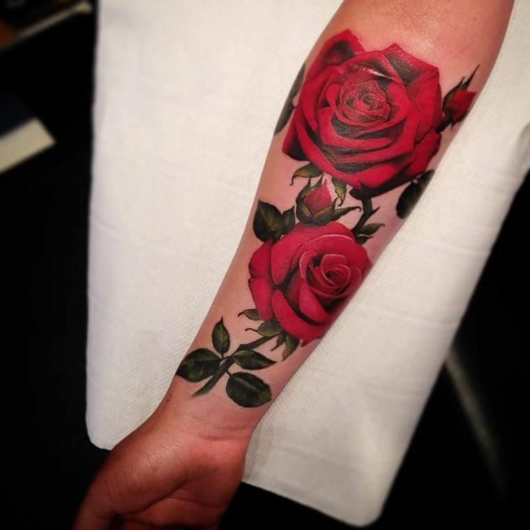 idea per un tattoo sul braccio. tatuaggi rosa rossa con boccioli e foglie verdi