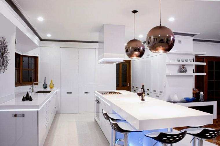 proposta tutta bianca per arredamento cucina moderna dotata di isola con tavolo e fuochi