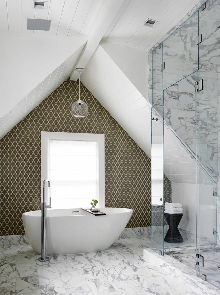 lussuoso bagno in mansarda con vasca e doccia moderni, parete tortora con decorazioni, marmo bianco e nero