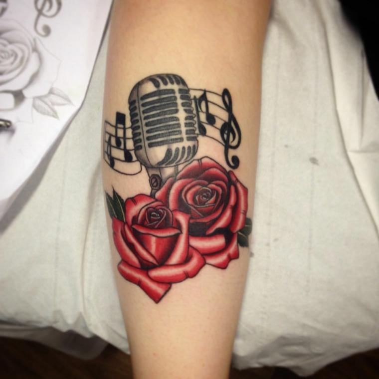 idea per un tattoo sul braccio in stile tradizionale, due rose rosse con un microfono