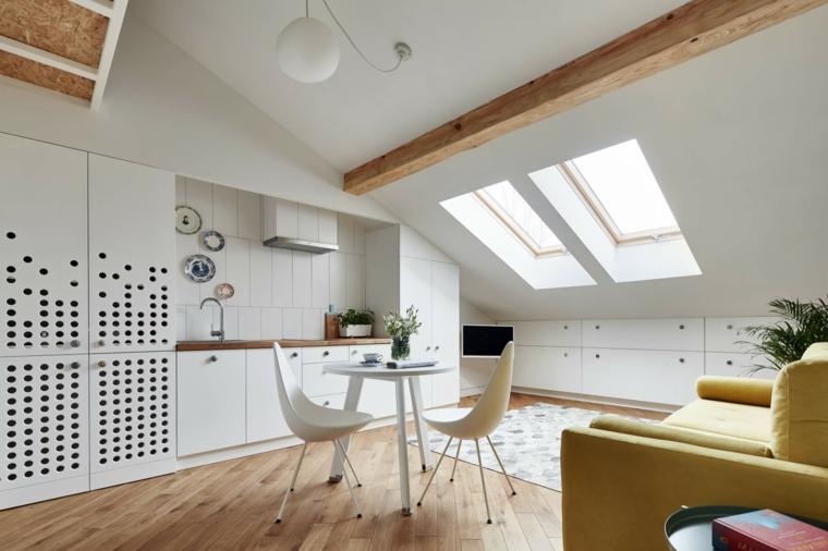come arredare cucina soggiorno ambiente unico in una stanza sottotetto, arredamento bianco e pavimento in parquet