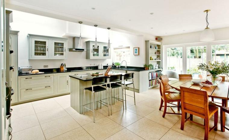 come arredare soggiorno cucina in un unico ambiente con mobili della cucina bianchi in stile vittoriano e sala da pranzo con tavolo in legno
