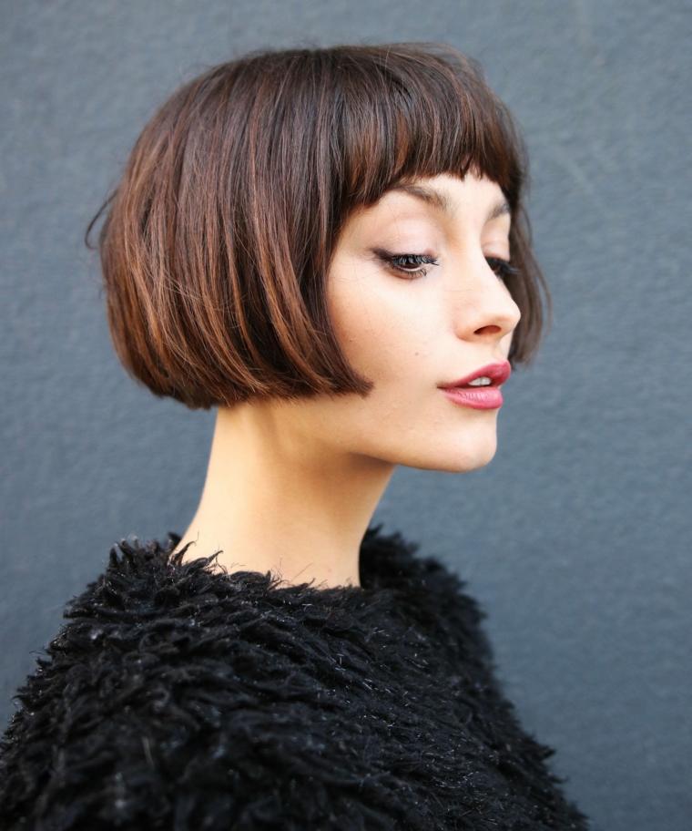 Un'idea per un taglio capelli corti di colore castano, acconciatura con frangia corta