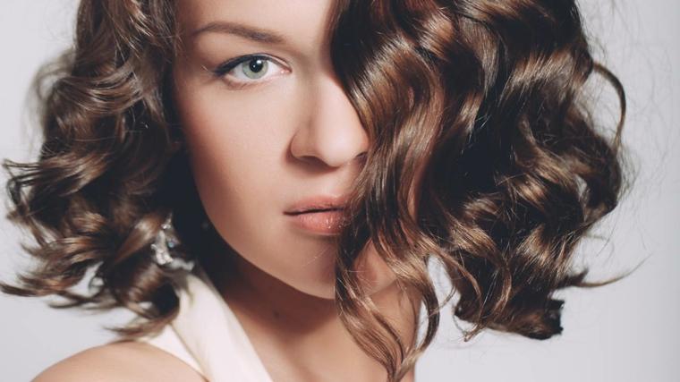 Idea per un'acconciatura mossa per dei tagli di capelli medi, colore castano con riflessi luminosi