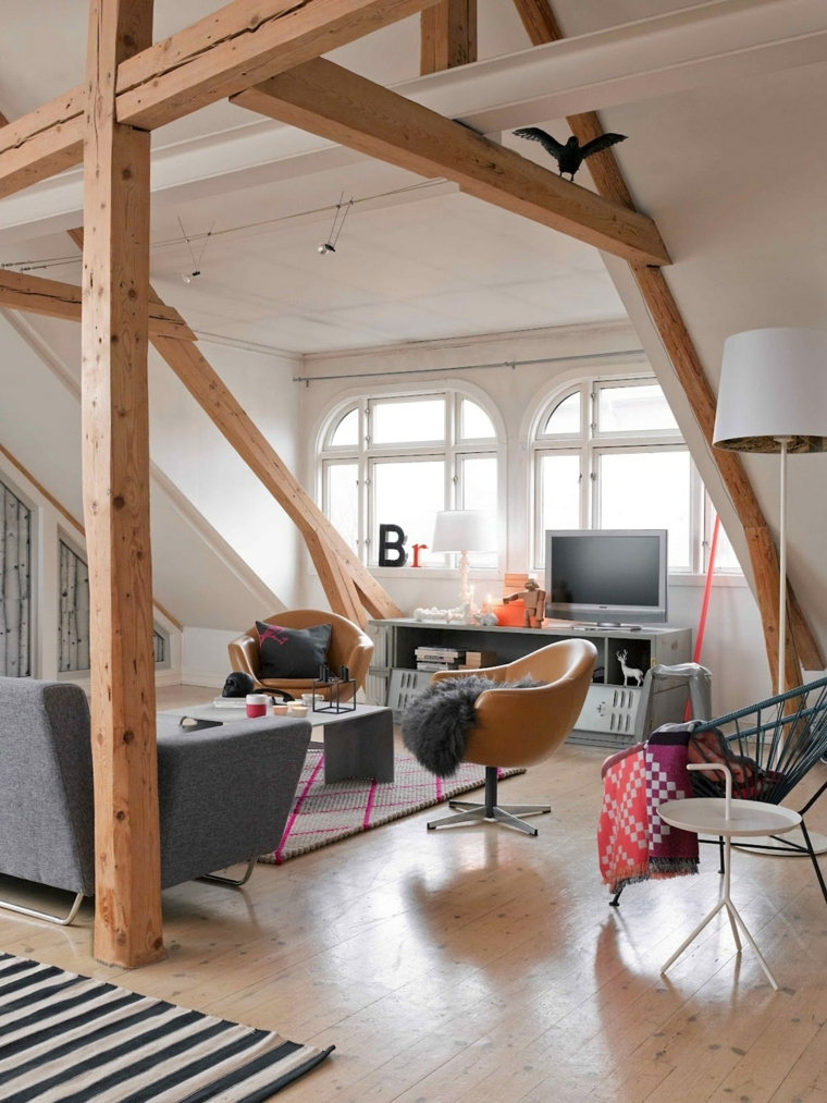 poltrone marroni chiaro, lampada con piantana e paralume bianco, divano grigio, arredare mansarda moderna