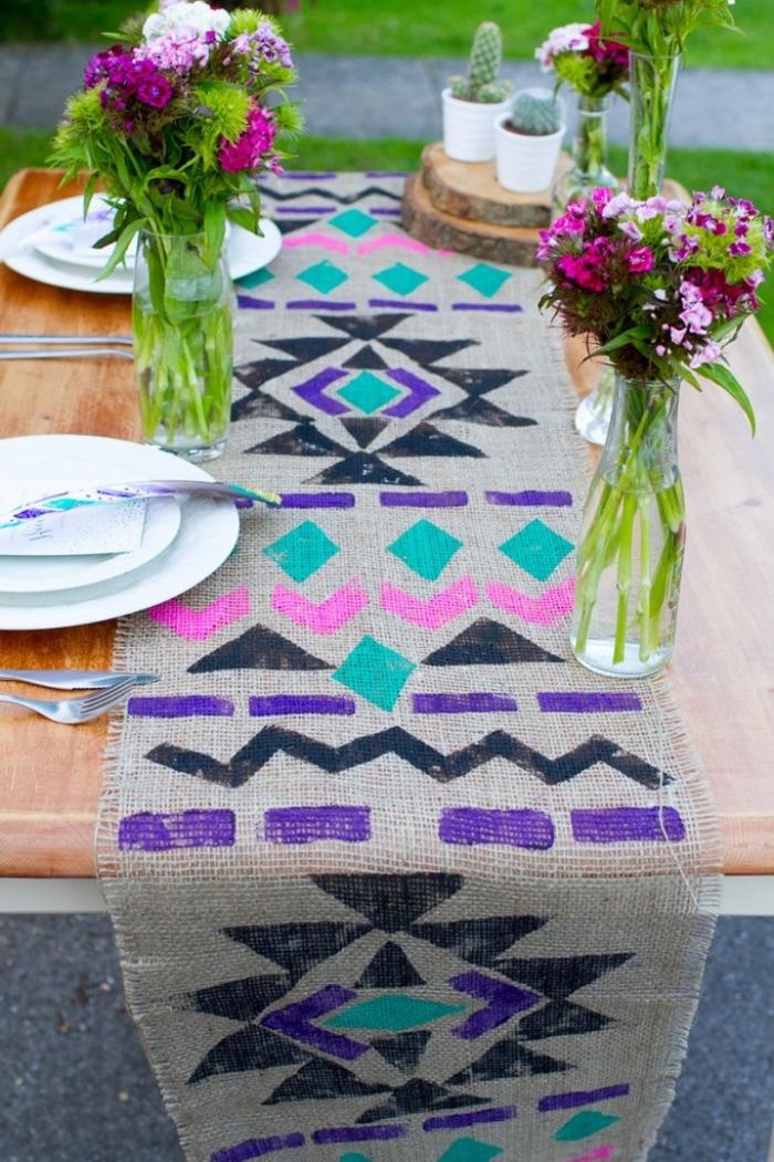 Decorazioni tavola, vasi di fiori, runner con figure geometriche