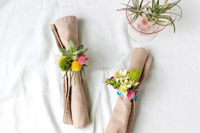 Centrotavola natalizio fai da te, segnaposti con fiori, tovaglioli di stoffa grigi