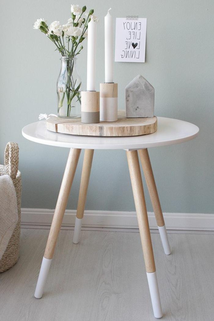 Decorazione tavolino di legno con portacandela e vaso con fiori bianchi