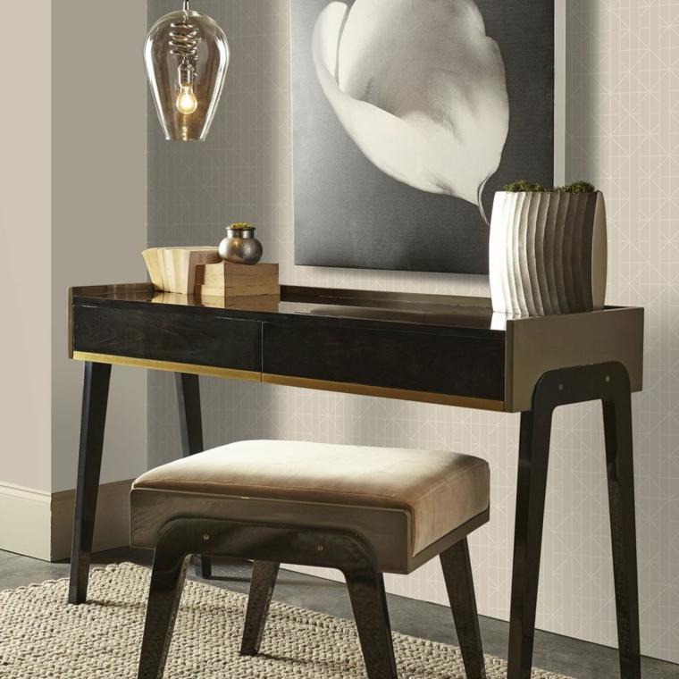 esempio di abbinamento color tortora, tavolo e sgabello dal design retrò, quadro bianco e nero