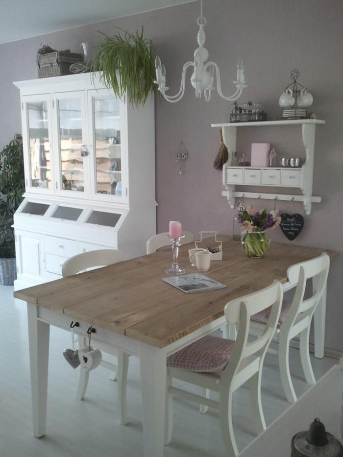 Addobbi tavola di legno con un portacandela di vetro e vaso con fiori primaverili