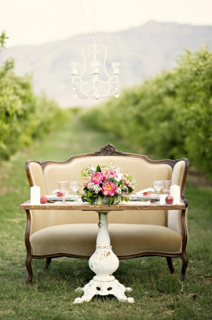 Set da giardino, tavolo di legno, centrotavola con fiori, divano vintage