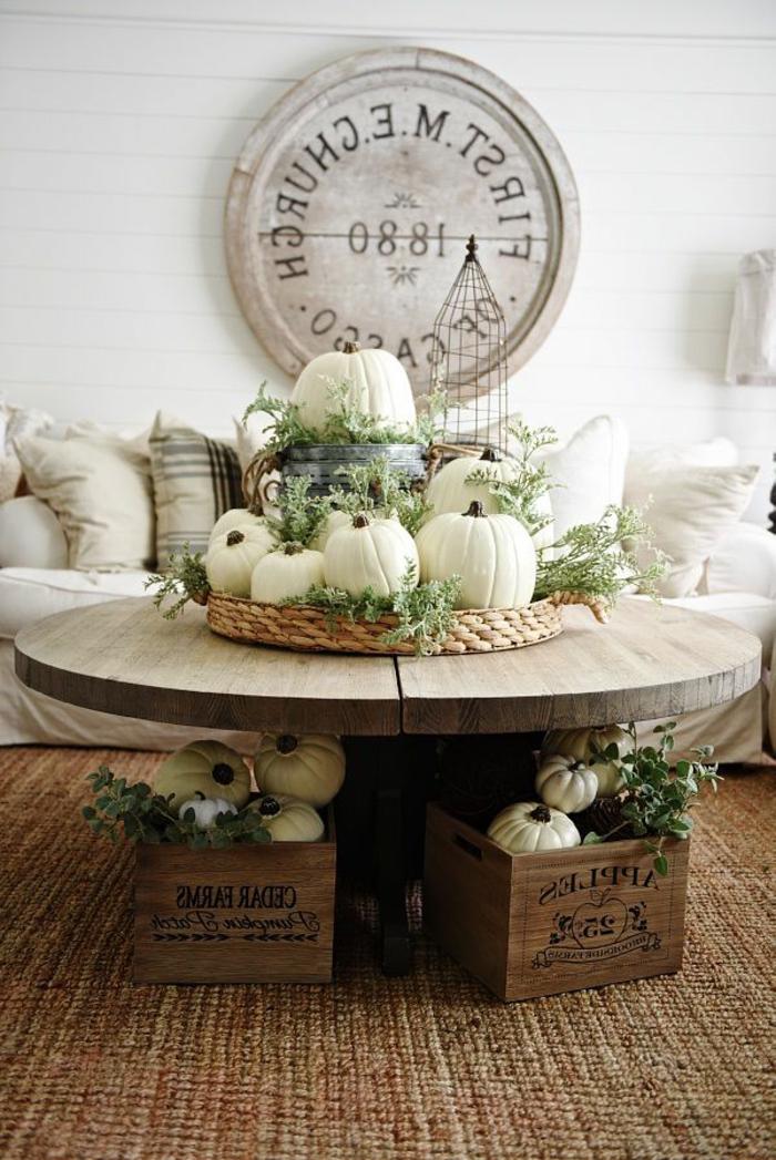 Centrotavola con cesto in vimini e zucche di colore bianco, decorazioni da parete in legno