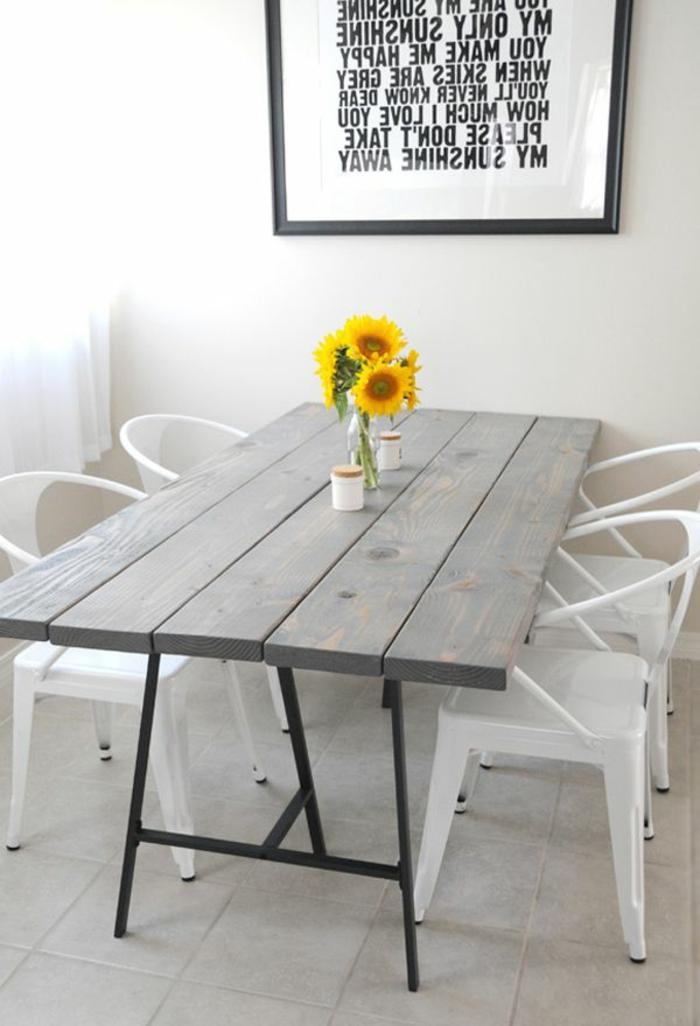 Decorazioni tavola di legno con un semplice barattolo di vetro e girasoli