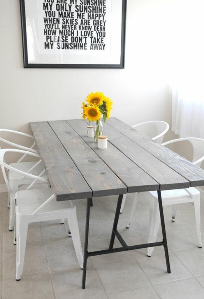 Vaso di fiori, vaso con girasoli, tavolo di legno, sedie bianche di plastica