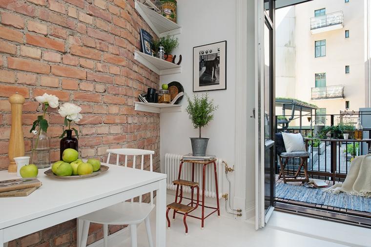 vaso con rose bianche, tavolo rettangolare con sedie bianche, balcone arredato e pareti rivestite in pietra per interni