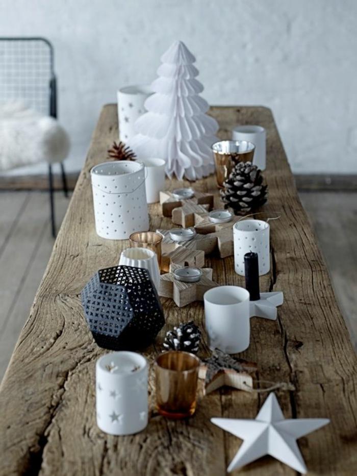 Addobbi natalizi, tavolo di legno, stelle di cartongesso, portacandele di metallo