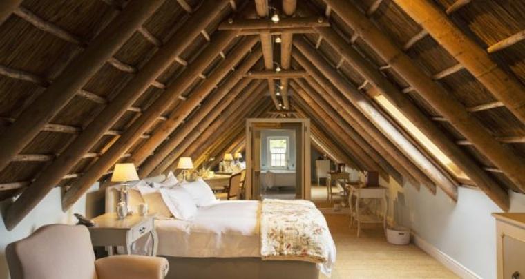 splendida struttura del soffitto con travi in legno a vista, idee mansarda per una camera da letto