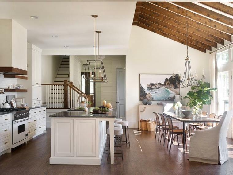 pavimento in parquet e travi a vista in legno come arredare soggiorno cucina con mobili bianchi classici