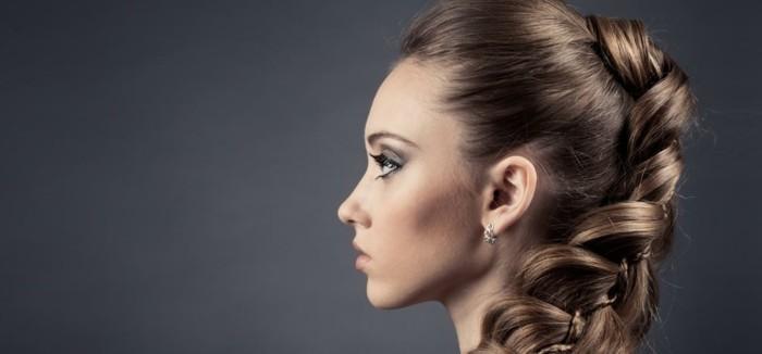 ragazza con i capelli castano chiari raccolti in una treccia, idea per pettinature facili e veloci