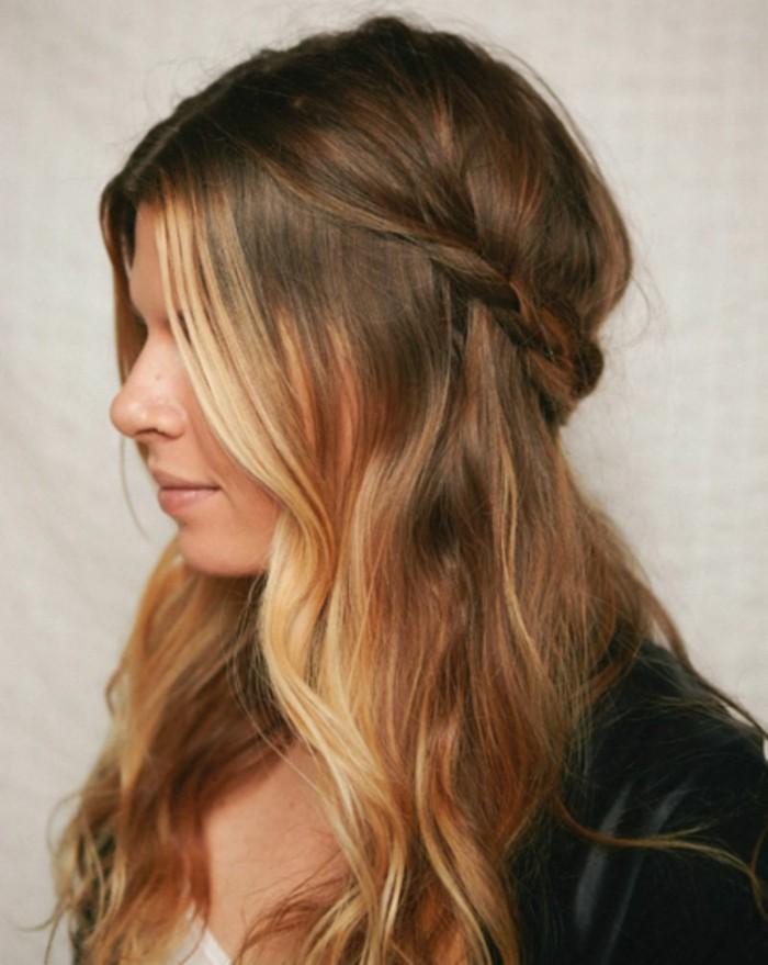 ragazza con i capelli lunghi di due tonalità di castano, treccia morbida a lato, idea per acconciature facili