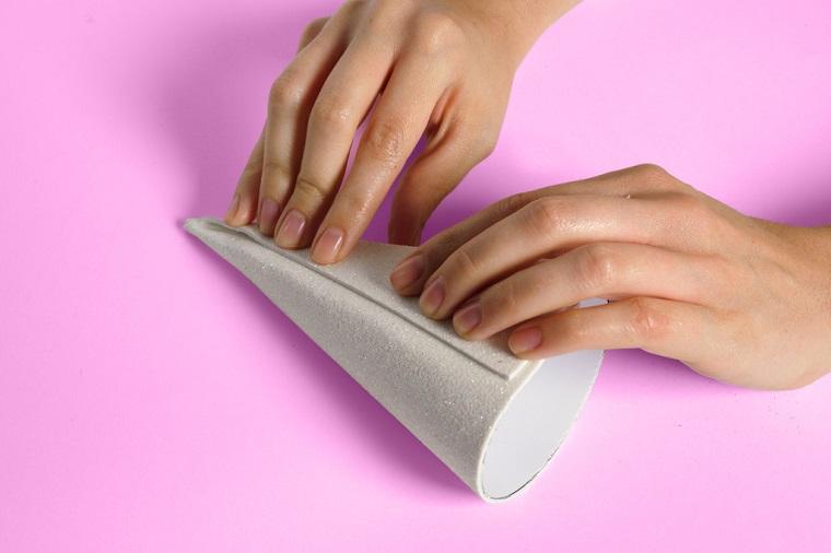 Lavoretti di carta, come fare i cappellini a forma di cono con fogli glitterati