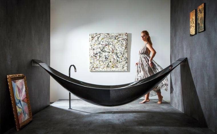 Bagno con pareti di colore grigio, vasca moderna dalla forma particolare sospesa da terra